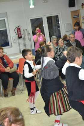Coro de la azucena de san jose cantnado villancicos02 280x420 - Ruta de villancicos de la hermandad de San José y el grupo de coros y danzas infantil