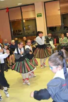 Coro de la azucena de san jose cantnado villancicos03 280x420 - Ruta de villancicos de la hermandad de San José y el grupo de coros y danzas infantil