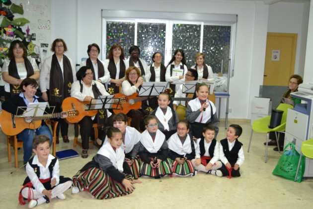 Coro de la azucena de san jose cantnado villancicos04 630x420 - Ruta de villancicos de la hermandad de San José y el grupo de coros y danzas infantil