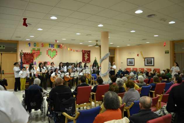 Coro de la azucena de san jose cantnado villancicos06 630x420 - Ruta de villancicos de la hermandad de San José y el grupo de coros y danzas infantil