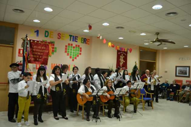 Coro de la azucena de san jose cantnado villancicos08 630x420 - Ruta de villancicos de la hermandad de San José y el grupo de coros y danzas infantil