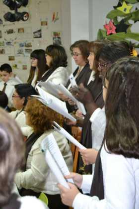 Coro de la azucena de san jose cantnado villancicos09 280x420 - Ruta de villancicos de la hermandad de San José y el grupo de coros y danzas infantil