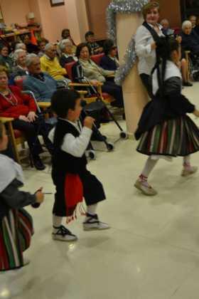 Coro de la azucena de san jose cantnado villancicos10 280x420 - Ruta de villancicos de la hermandad de San José y el grupo de coros y danzas infantil