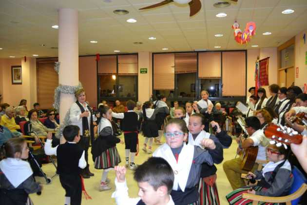 Coro de la azucena de san jose cantnado villancicos11 630x420 - Ruta de villancicos de la hermandad de San José y el grupo de coros y danzas infantil