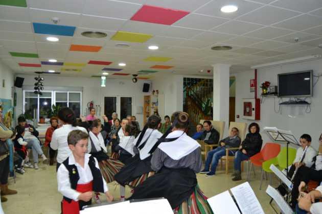 Coro de la azucena de san jose cantnado villancicos12 630x420 - Ruta de villancicos de la hermandad de San José y el grupo de coros y danzas infantil