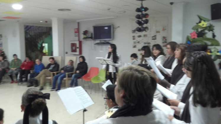 Coro de la azucena de san jose cantnado villancicos14 747x420 - Ruta de villancicos de la hermandad de San José y el grupo de coros y danzas infantil