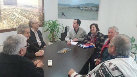Nueva directiva del Consejo de Mayores de Herencia junto al alcalde y la concejala.1 - Nueva directiva para el Consejo de Mayores de Herencia