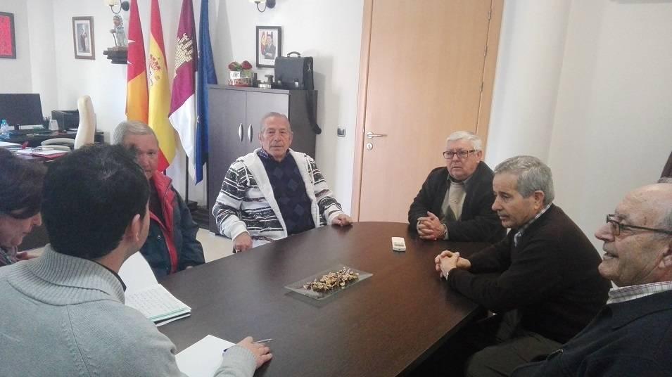 Nuevos miembros del Consejo de MAyores de Herencia junto al alcalde y la concejala - Nueva directiva para el Consejo de Mayores de Herencia