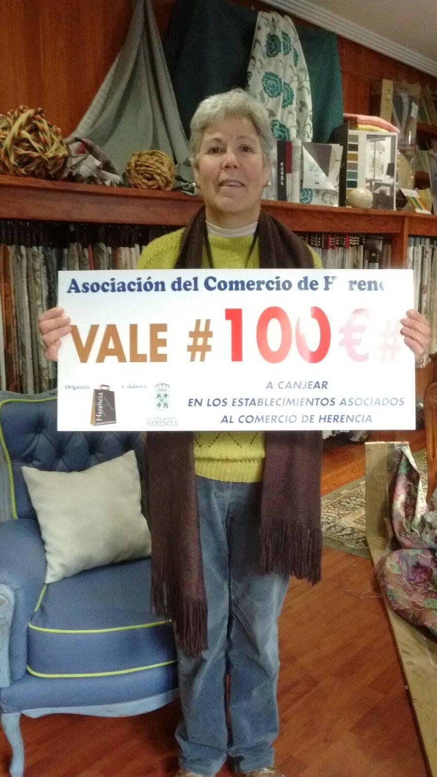 Pili chuchi ganadora del premio de 100 euros del comercio de Herencia - Ganadores del sorteo de los cheques regalo de la Asociación del Comercio