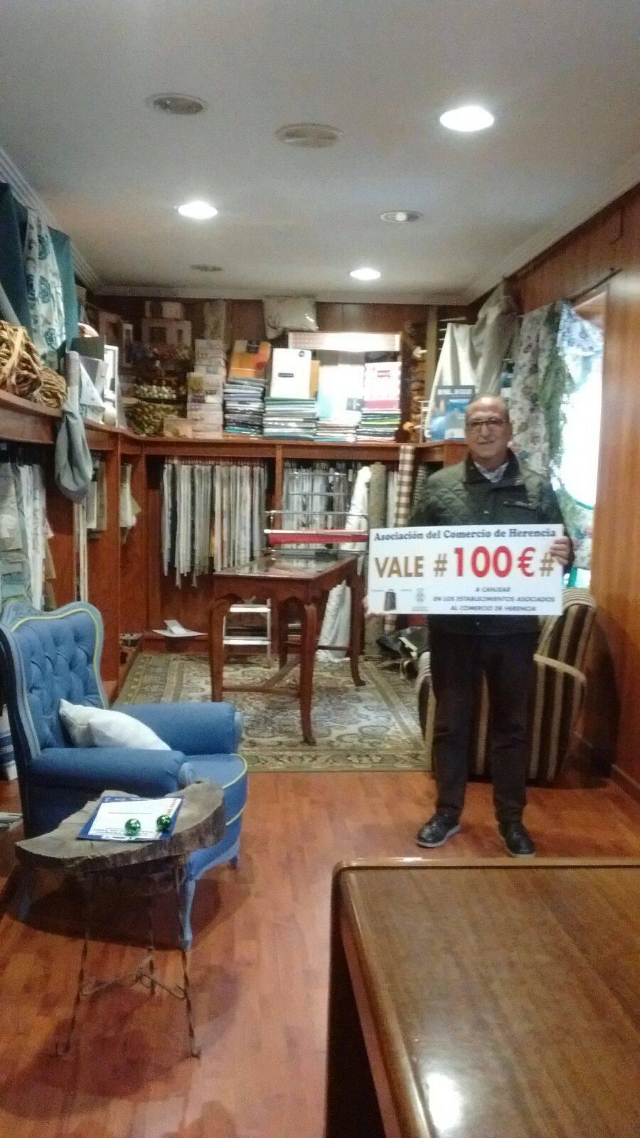 Uno de los ganadores del premio de 100 euros del comercio de Herencia - Ganadores del sorteo de los cheques regalo de la Asociación del Comercio