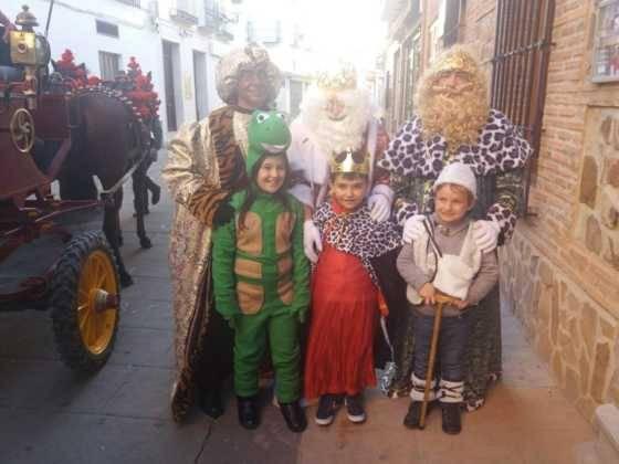 cabalgata de reyes magos fotos ayunto herencia 1 560x420 - Los Reyes Magos pasan por Herencia repartiendo ilusión
