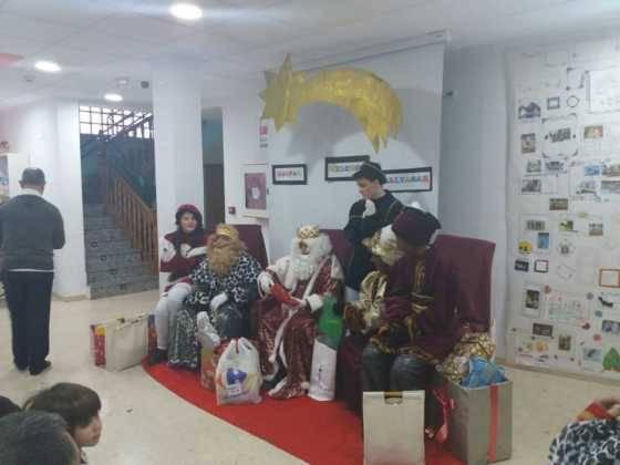 cabalgata de reyes magos fotos ayunto herencia 13 560x420 - Los Reyes Magos pasan por Herencia repartiendo ilusión