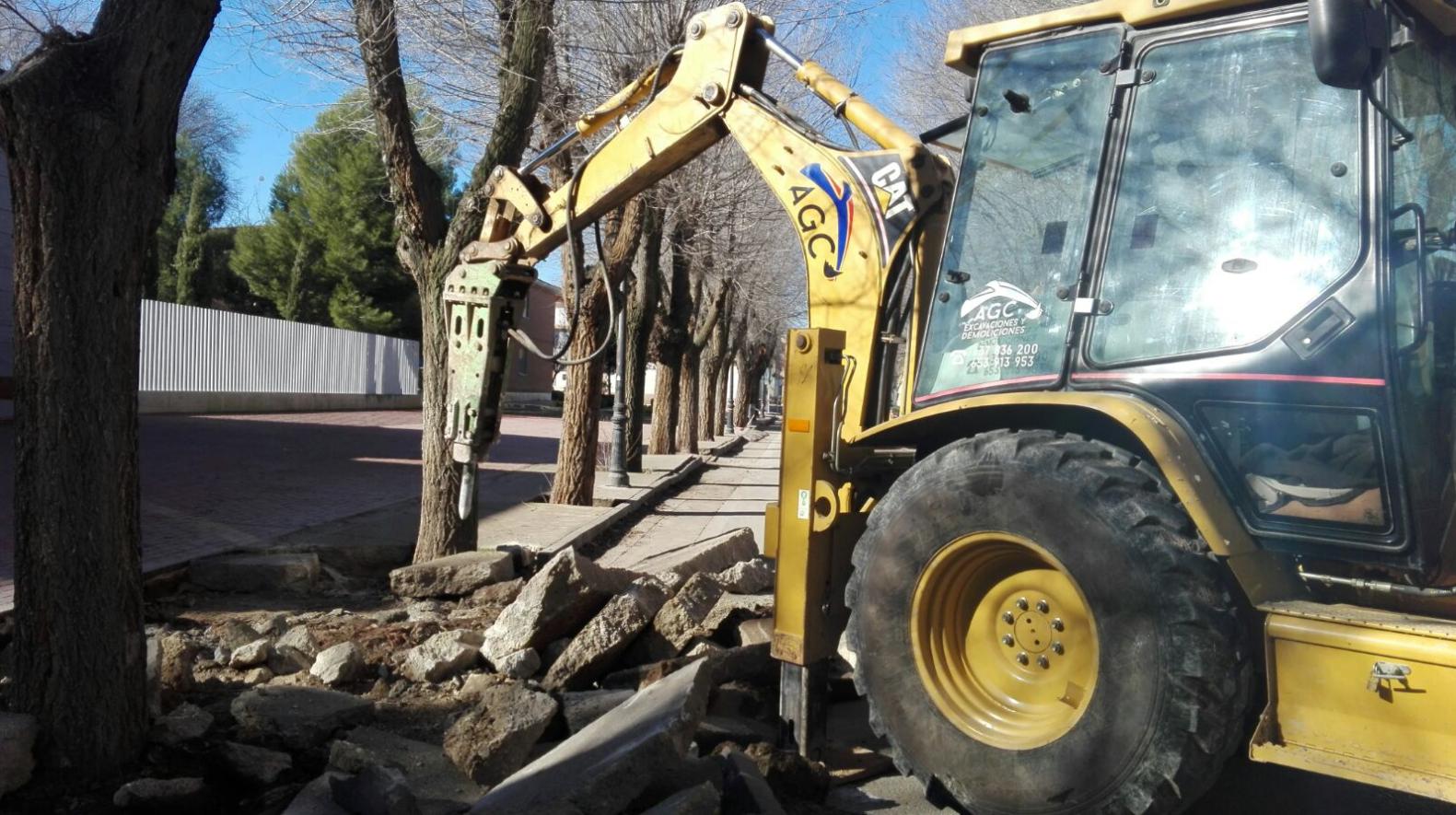 obras en avenida tierno galvan 3 - Mejoras en el ciclo del agua aprovechando las obras en calles de Herencia