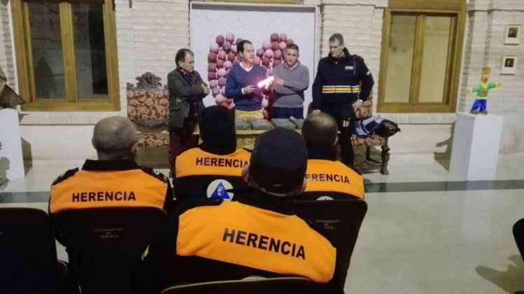 Viveros Ferca colabora con Protección Civil de Herencia donando linternas 11