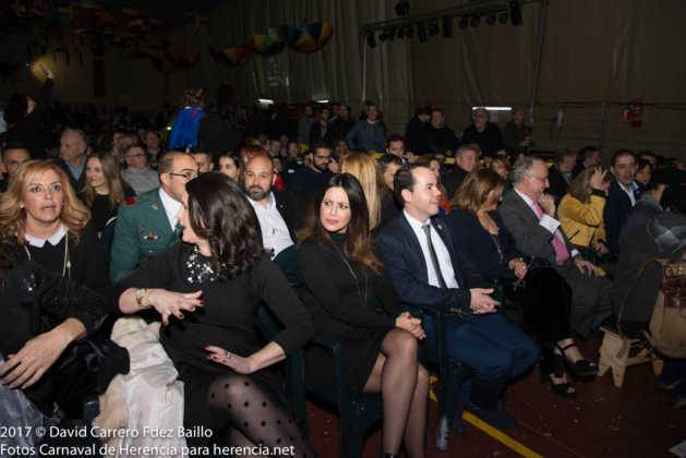 autoridades con pregonera en carnaval de herencia 3 629x420 - El Carnaval de Herencia inaugura su fiesta más destacada