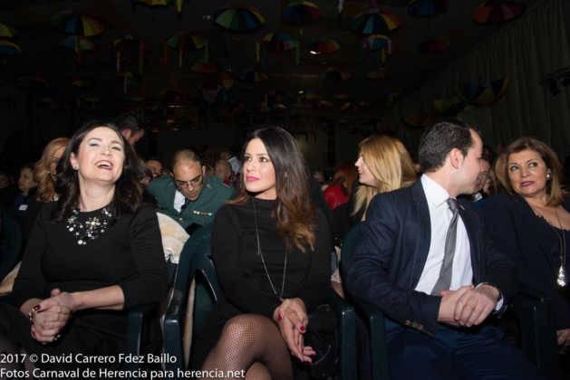 autoridades con pregonera en carnaval de herencia 7 629x420 - El Carnaval de Herencia inaugura su fiesta más destacada