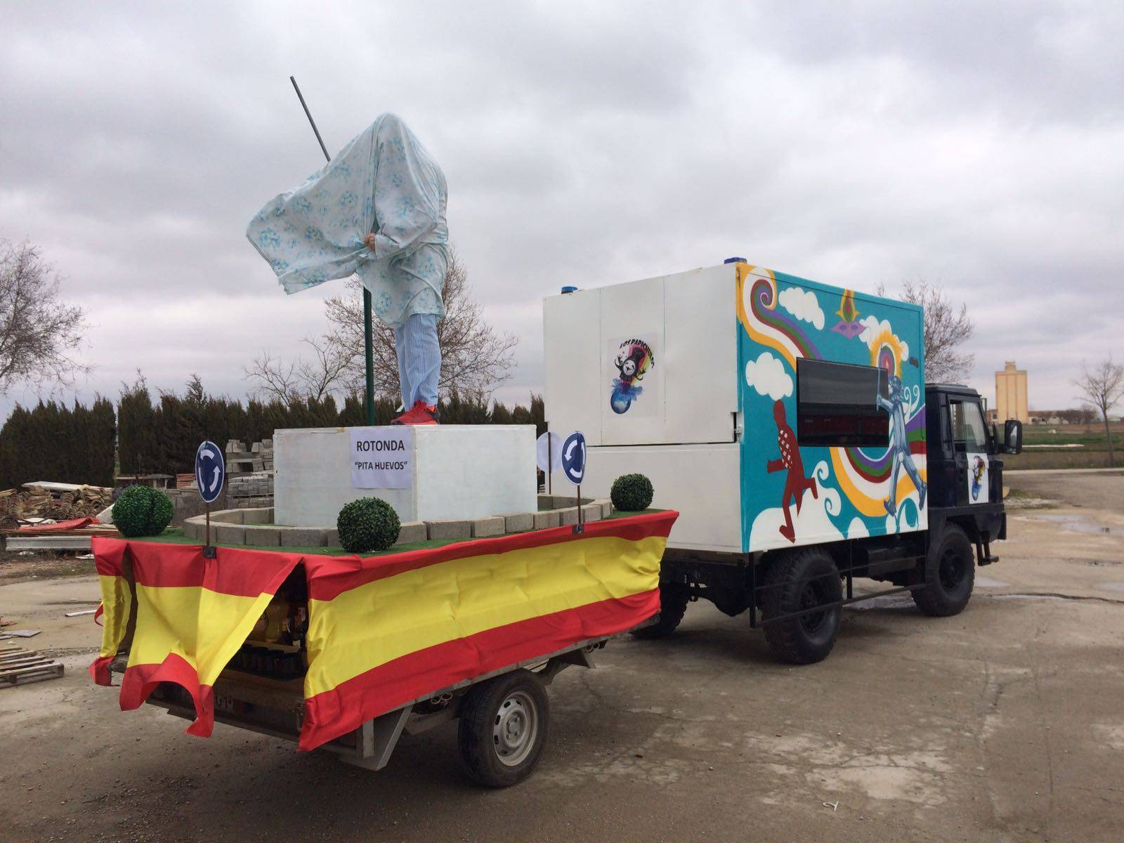 carroza con escultura de Perle - El Carnaval de Herencia instaló la escultura Perlé