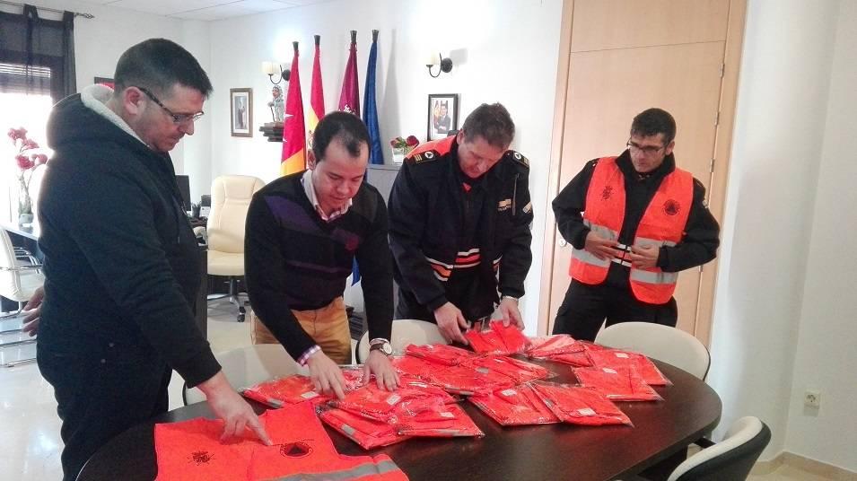 entrega chalecos a proteccio civil herencia - Protección Civil de Herencia recibe nueva donación de material
