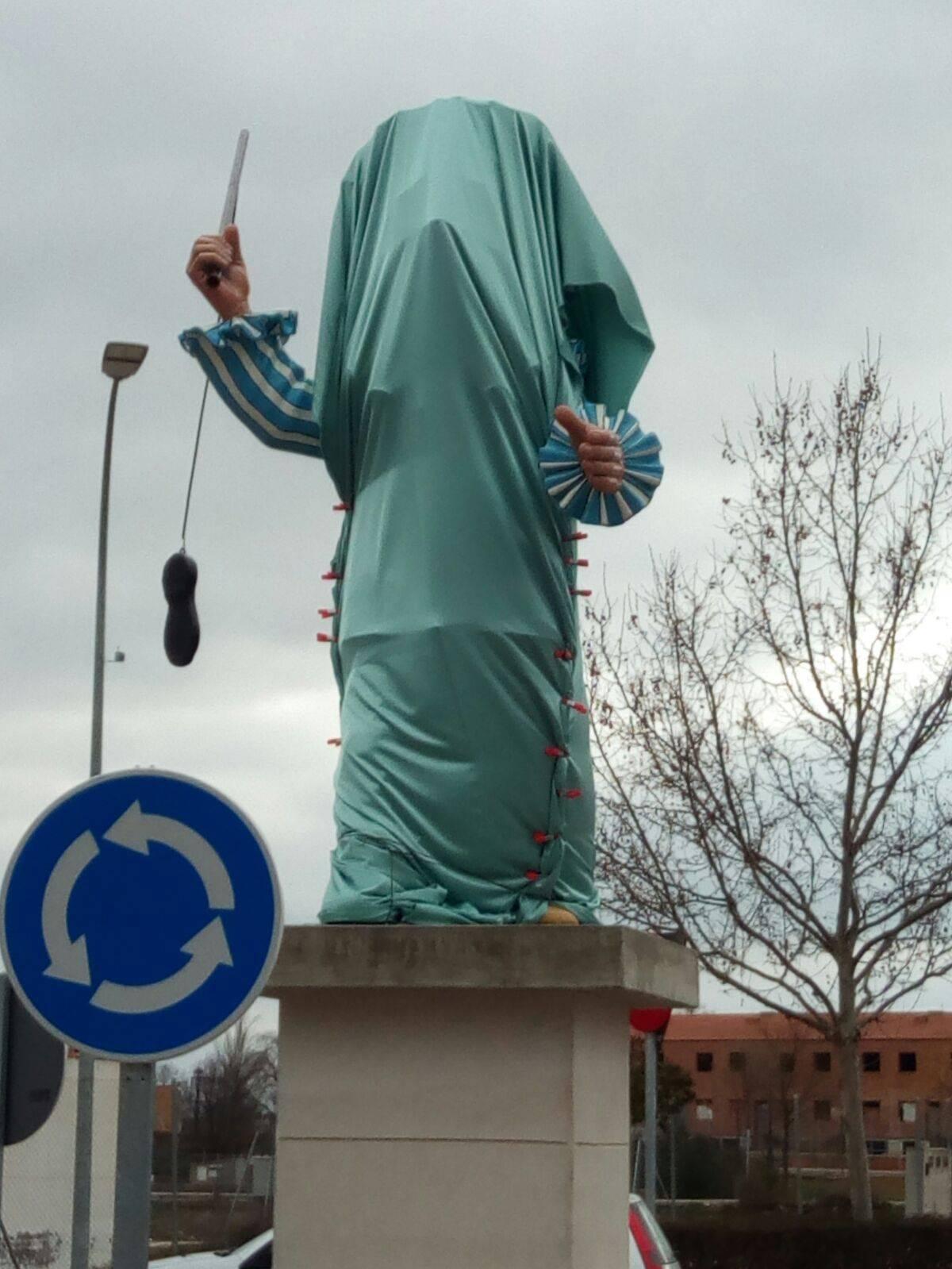 escultura perle oculta en la rotonda de herencia - El Carnaval de Herencia instaló la escultura Perlé