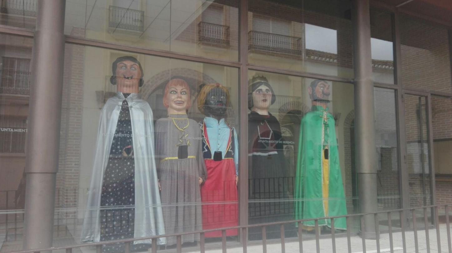 gigantes ya esperan el carnaval de herencia 2017 - Comienza la cuenta atrás para el Carnaval de Herencia 2017