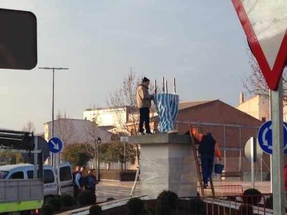 instalacion escultura perle carnaval de herencia 11 560x420 - El Carnaval de Herencia instaló la escultura Perlé