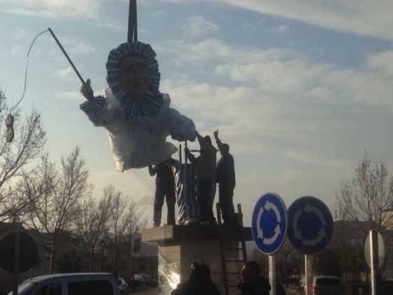 instalacion escultura perle carnaval de herencia 12a 560x420 - El Carnaval de Herencia instaló la escultura Perlé
