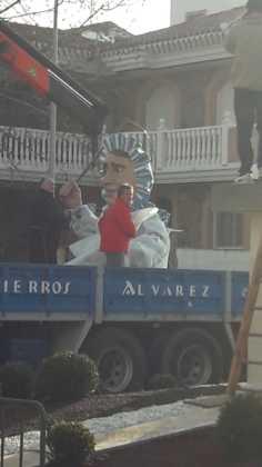 instalacion escultura perle carnaval de herencia 2 236x420 - El Carnaval de Herencia instaló la escultura Perlé