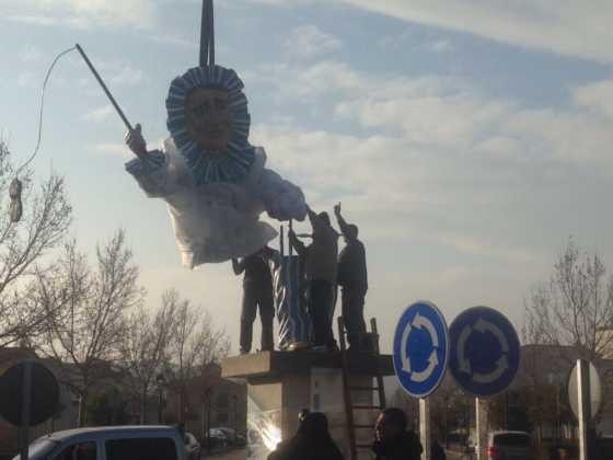 instalacion escultura perle carnaval de herencia 4 560x420 - El Carnaval de Herencia instaló la escultura Perlé