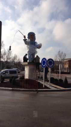 instalacion escultura perle carnaval de herencia 8 236x420 - El Carnaval de Herencia instaló la escultura Perlé