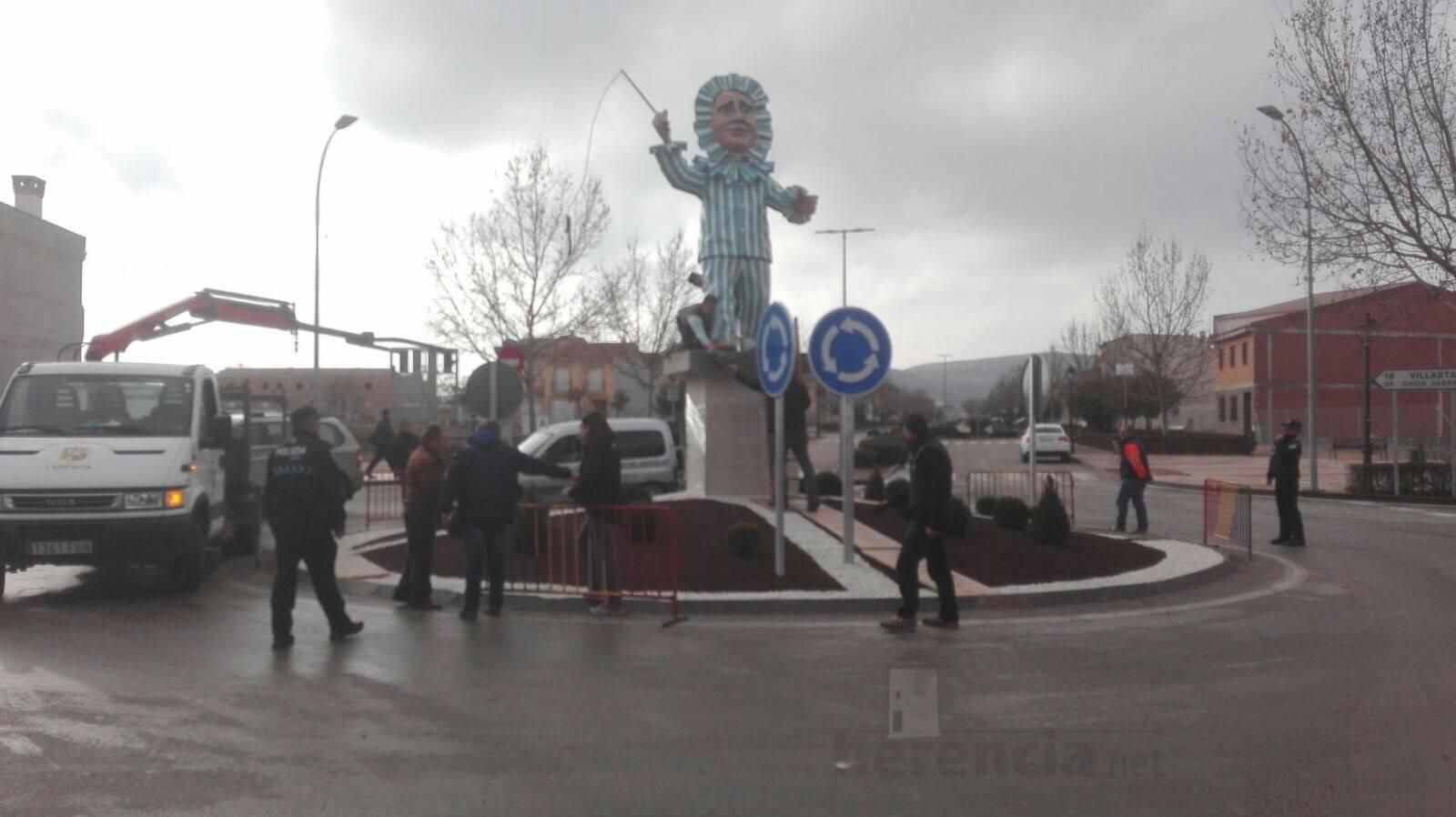 instalacion escultura perle carnaval de herencia 9 - El Carnaval de Herencia instaló la escultura Perlé