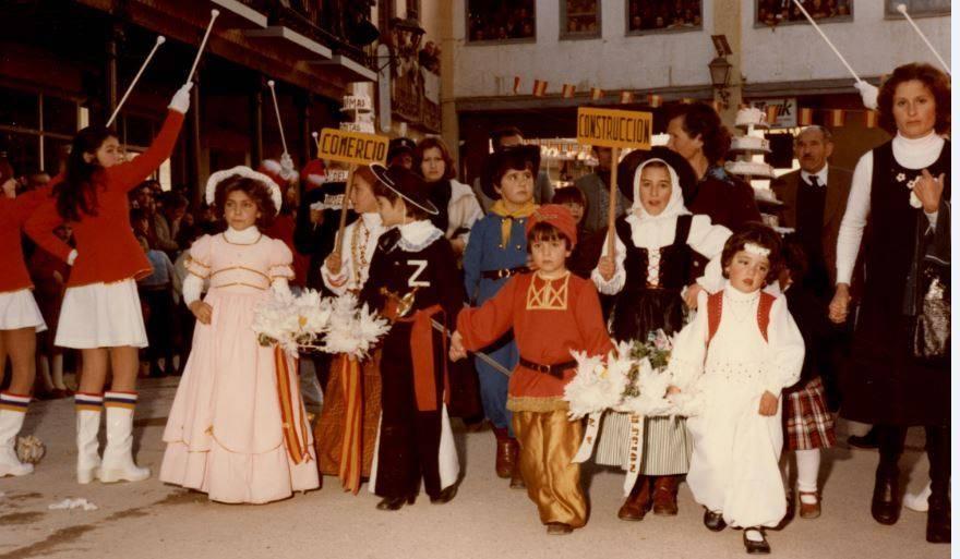"""Jinetas de Carnaval de Herencia """"entrando a ofrecer"""". Años 1980 12"""