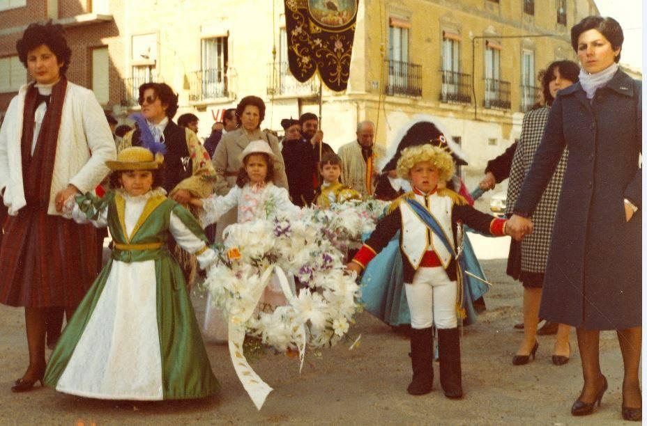 """Jinetas de Carnaval de Herencia """"entrando a ofrecer"""". Años 1980 13"""