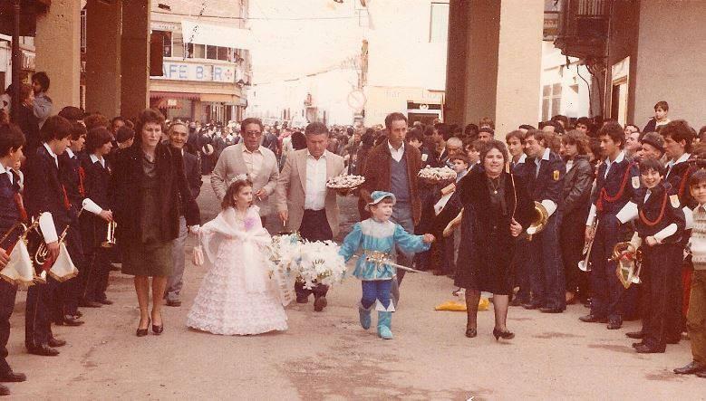 """Jinetas de Carnaval de Herencia """"entrando a ofrecer"""". Años 1980 14"""