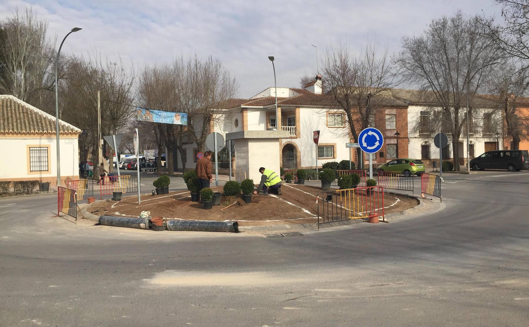 rotonda avenida alcazar con pedestal escultura perle - Todo listo para recibir la escultura del Carnaval de Herencia