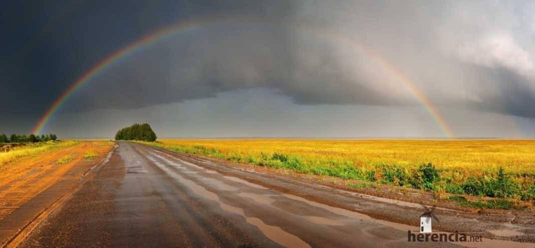Campo con lluvias y arcoiris