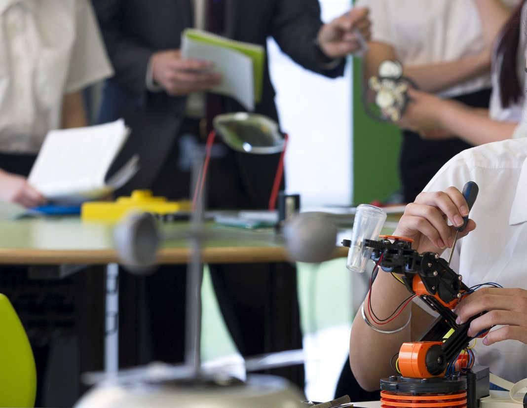 estudiantes master 1068x827 - 162.000 euros para facilitar los estudios de máster a jóvenes en situación económica desfavorecida