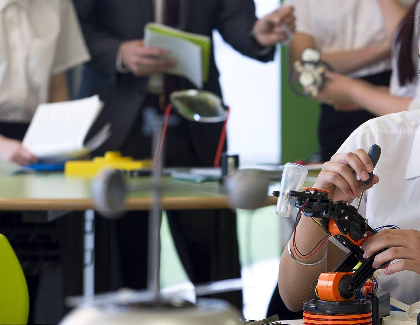 estudiantes master - 162.000 euros para facilitar los estudios de máster a jóvenes en situación económica desfavorecida