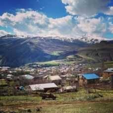 Mires dónde mires montaña La primavera tardía los coches de otra época gente de otra época los pueblos perdidos Un país peculiar estamos en Armenia.