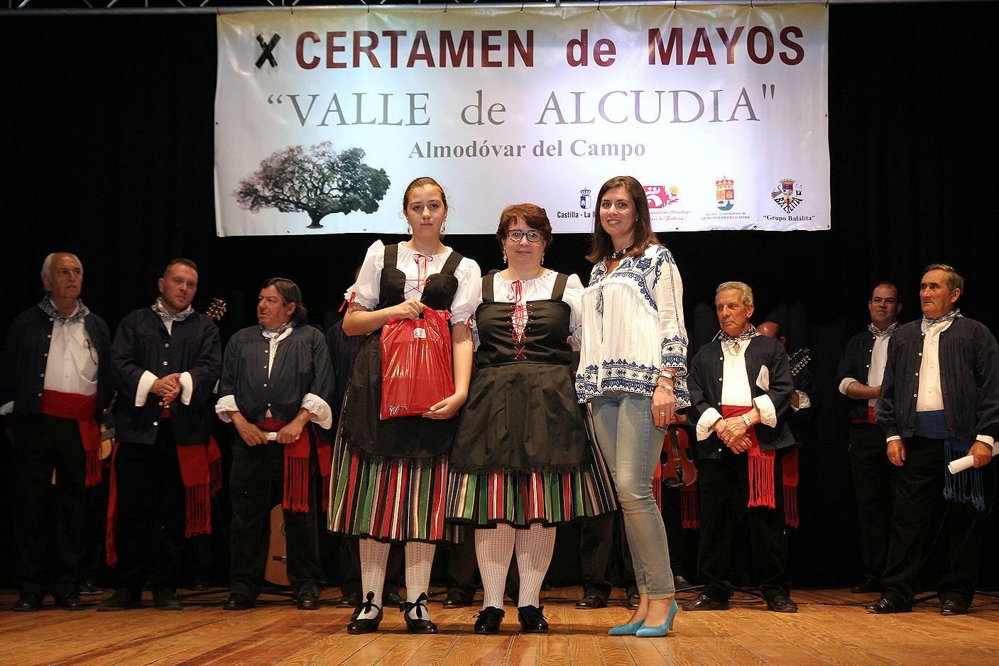 """Obsequiando al grupo de Herencia 1 - El grupo folklórico """"Herencia"""" estuvo en el X Encuentro """"Valle de Alcudia"""""""