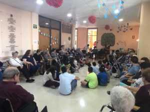VisitaCarrascoAlcaldeResidencia 6 300x225 - El CEIP Carrasco Alcalde de Herencia asiste a un programa de terapia con perros en la Residencia Nª Srª de la Merced