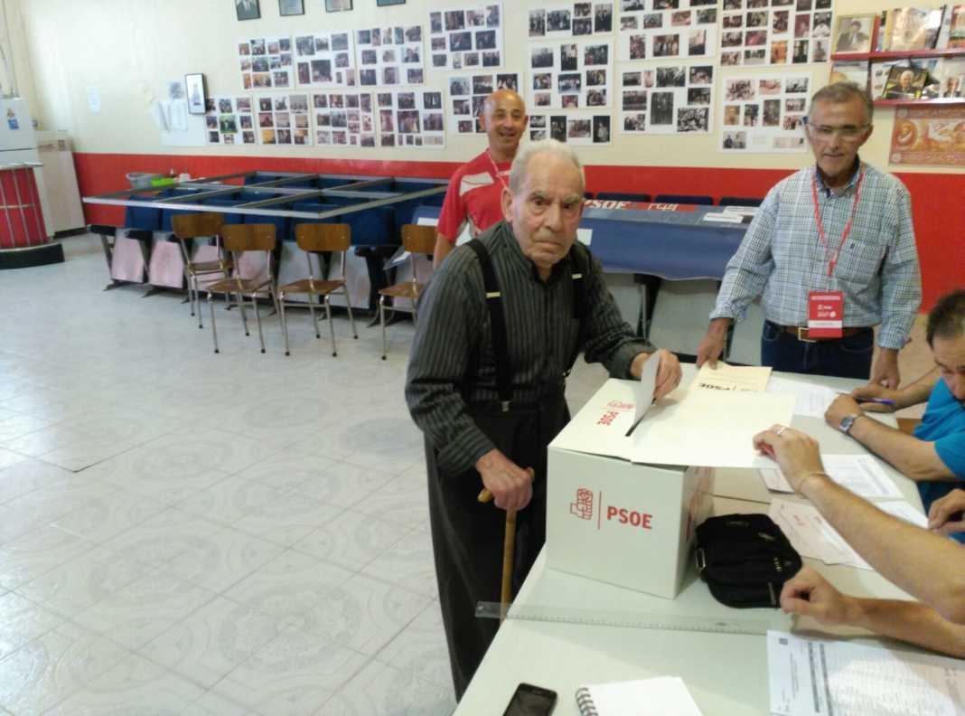 militante votando primarias psoe 1068x792 - PSOE de Herencia participa activamente en las Primarias del partido