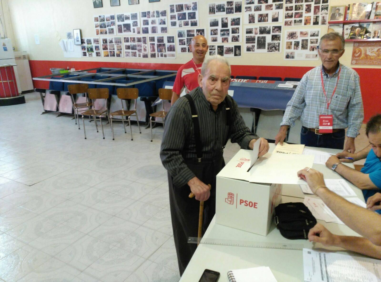 militante votando primarias psoe - PSOE de Herencia participa activamente en las Primarias del partido