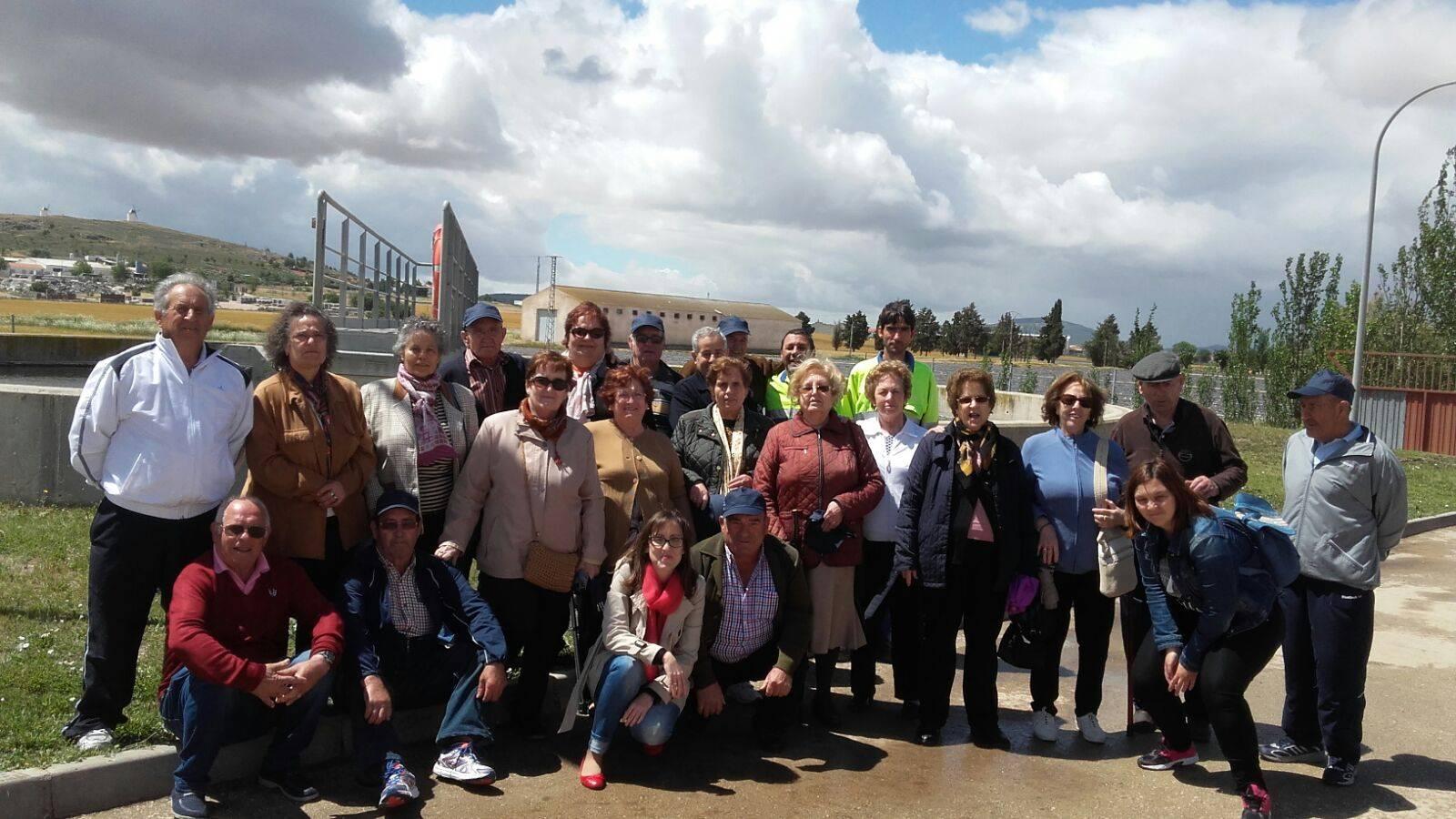 visita mayores planta tratamiento aguas - Los mayores de Herencia conocen las instalaciones de tratamiento de agua potable y depuración de agua residual