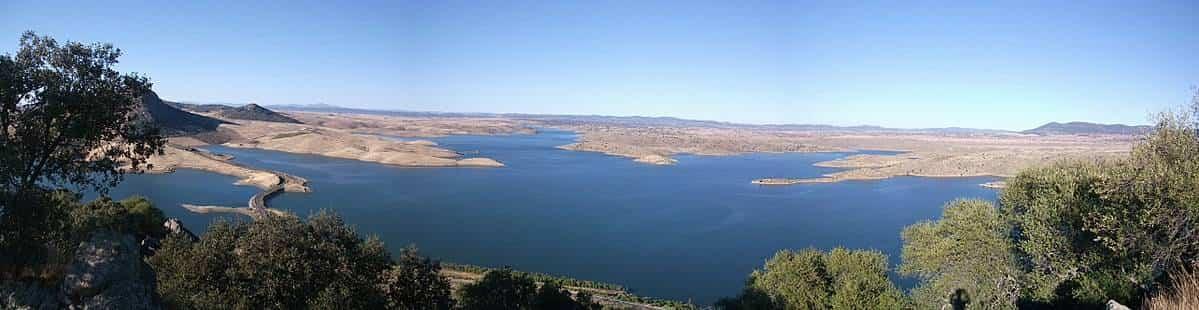 Cerro Masatrigo y embalse de la Serena. Foto Wikimedia.