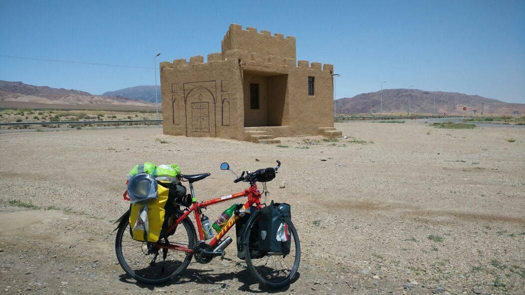 Perlé en el desierto persa celebrando su Cumpleaños. 2