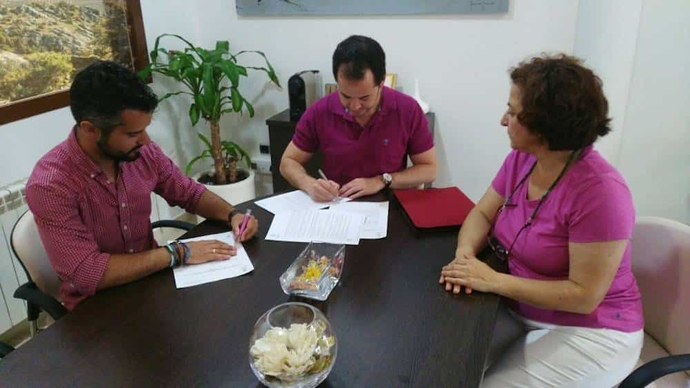 firma convenio asodisal 2017 - ASODISAL pone a disposición la modalidad de deporte adaptado en Herencia