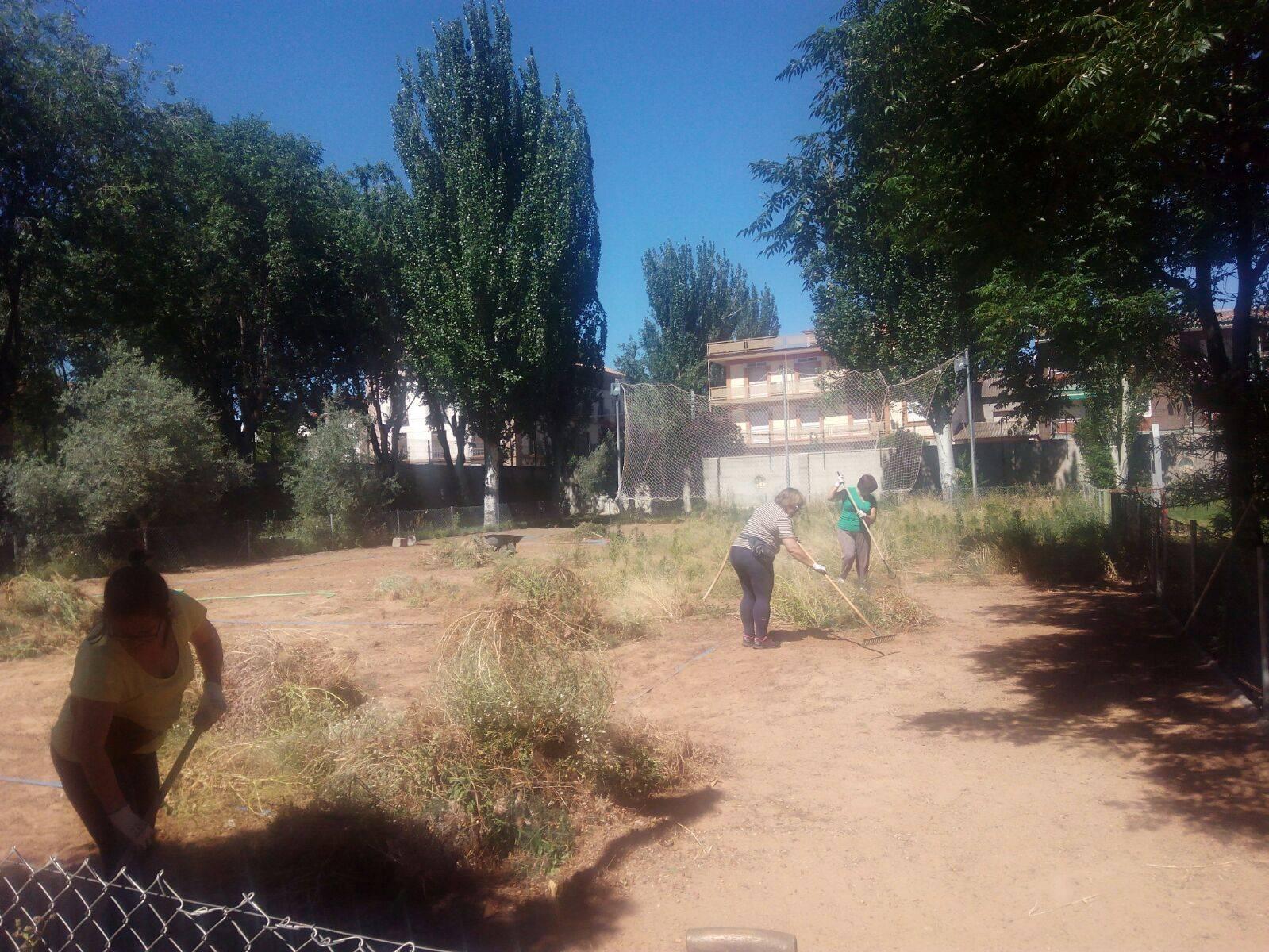 limpieza de entorno piscina herencia - Preparando la Piscina Municipal de Herencia para su próxima apertura