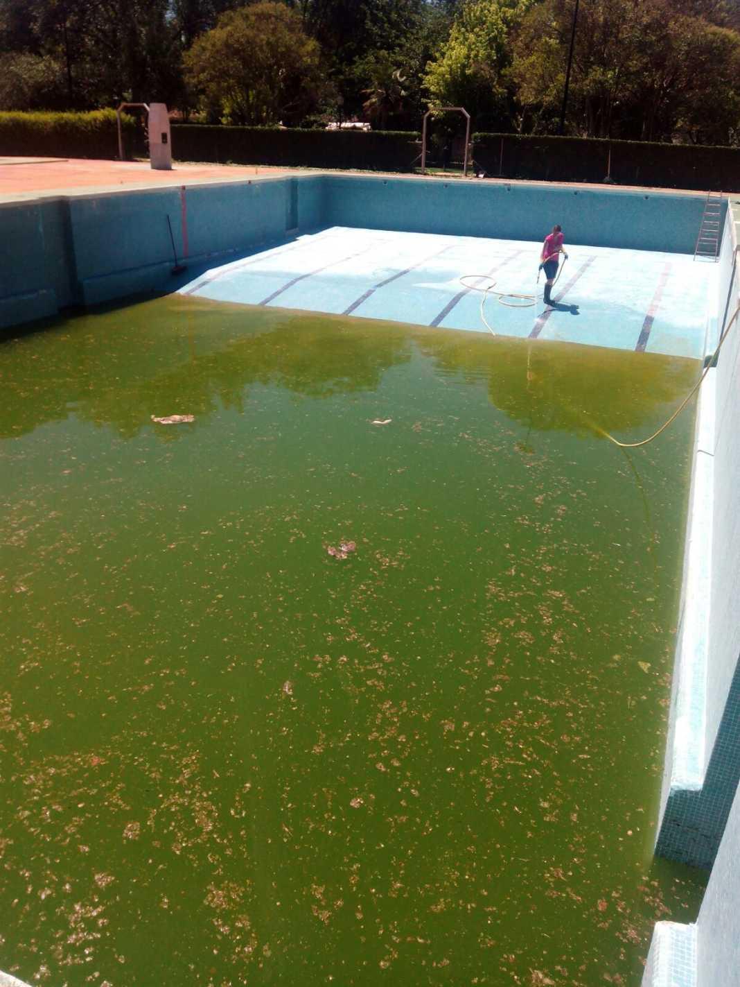 limpieza de piscina herencia para verano 2017 1068x1423 - Preparando la Piscina Municipal de Herencia para su próxima apertura