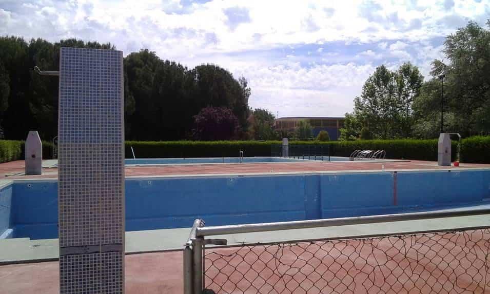 piscina municipal vacia en mantenimiento - El 15 de junio comienza la temporada de baño en el complejo de la Piscina Municipal de Herencia