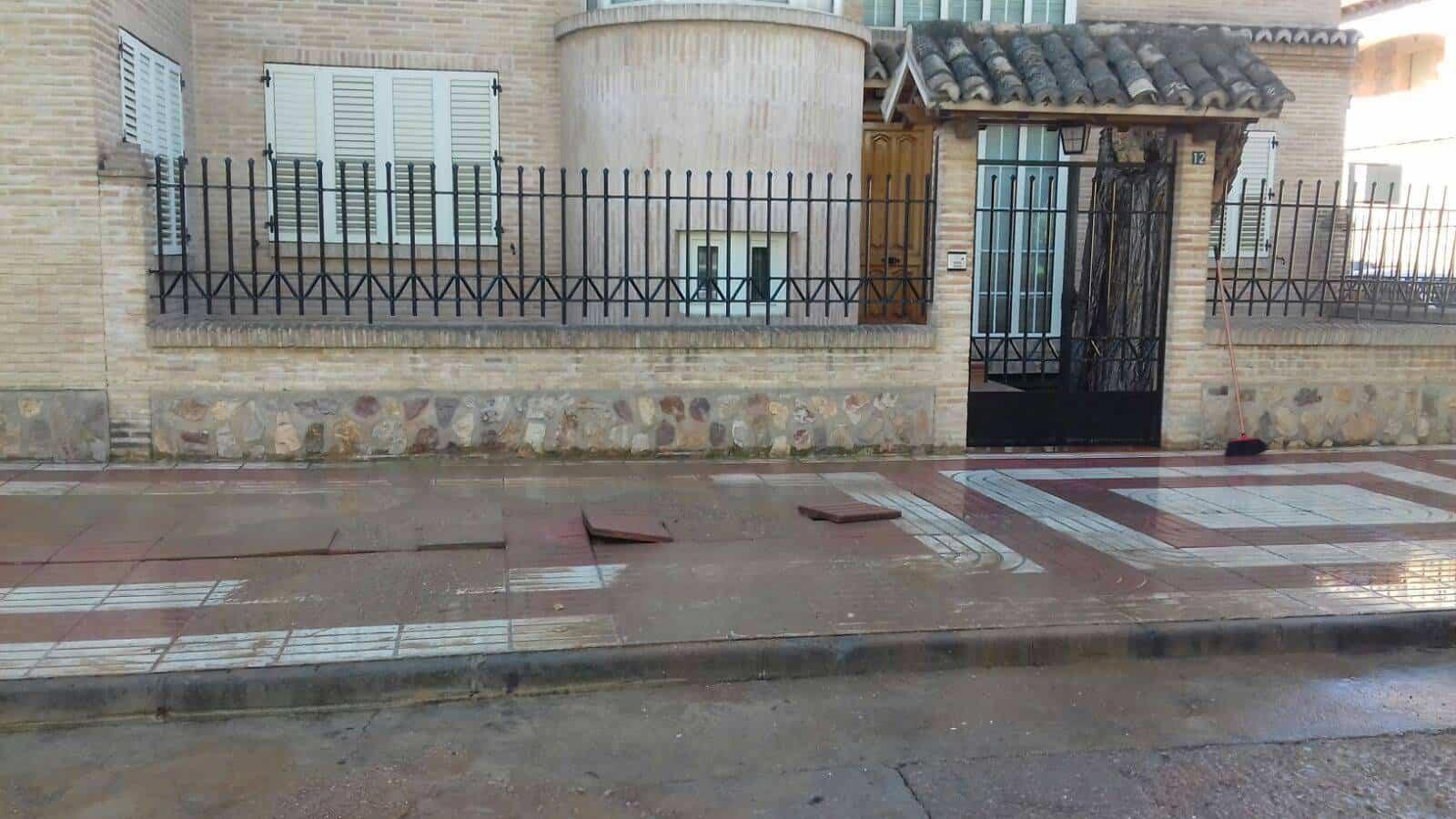 averia tuberia agua avda alcazar herencia 1 - Avería en tubería en Avenida de Alcázar de San Juan en Herencia